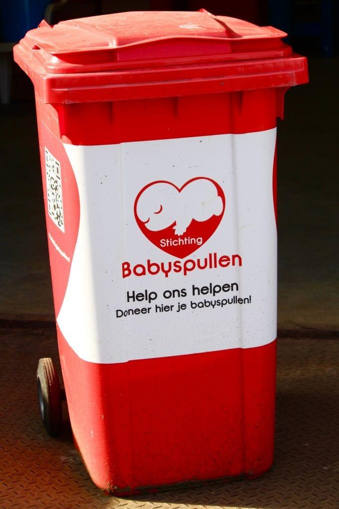 Inzamelingsactie Never Grow Up Shop - Rode inzamelbak Stichting Babyspullen