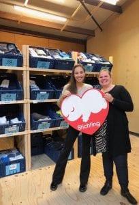 Organisator Debbie Dillhon (links) met Marjolijn Hermus, directeur van Stichting Babyspullen.