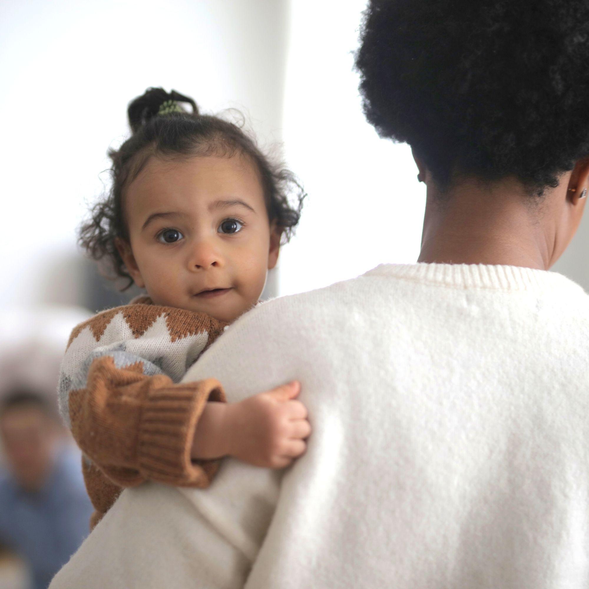 kind op de arm van moeder