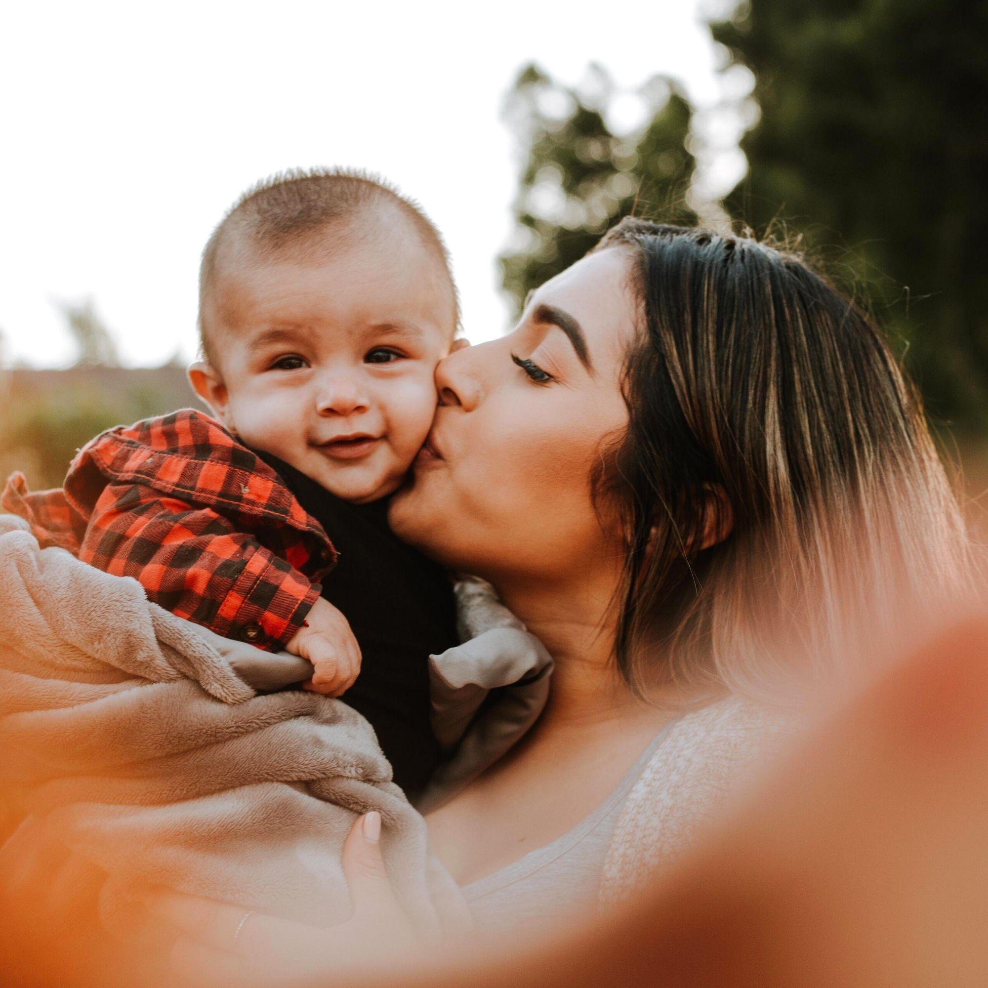 Moeder en kind knuffel