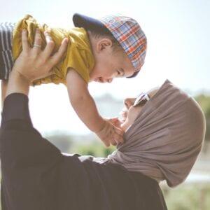 moeder tilt haar kind op